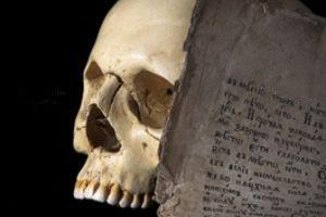 ۹ نمونه از مراسم عجیب و غیرعادی در تدفین و تشییع میت
