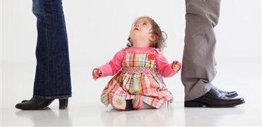 عواقب یارکشی در خانه/بچهها مشاور یا میانجی والدین نیستند