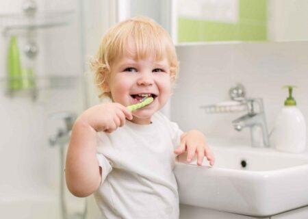 کودکان از چه زمانی باید مسواک بزنند؟