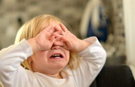 علت غر زدن کودک و نحوه صحیح برخورد با او در شرایط مختلف