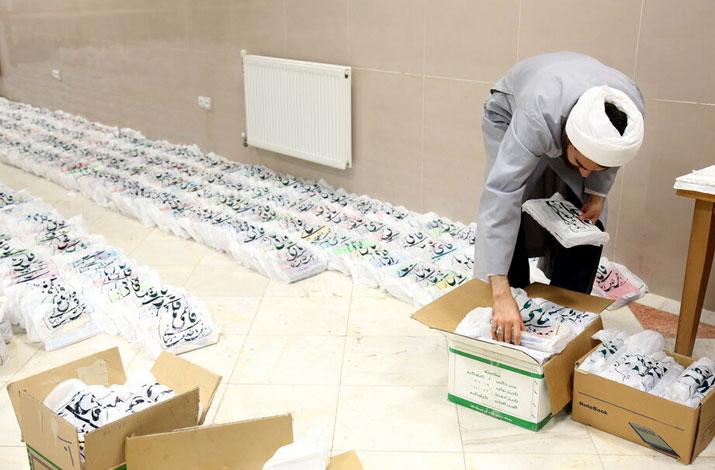 توزیع بسته لوازم التحریر میان دانش آموزان با کمک خیرین و نمازگزاران
